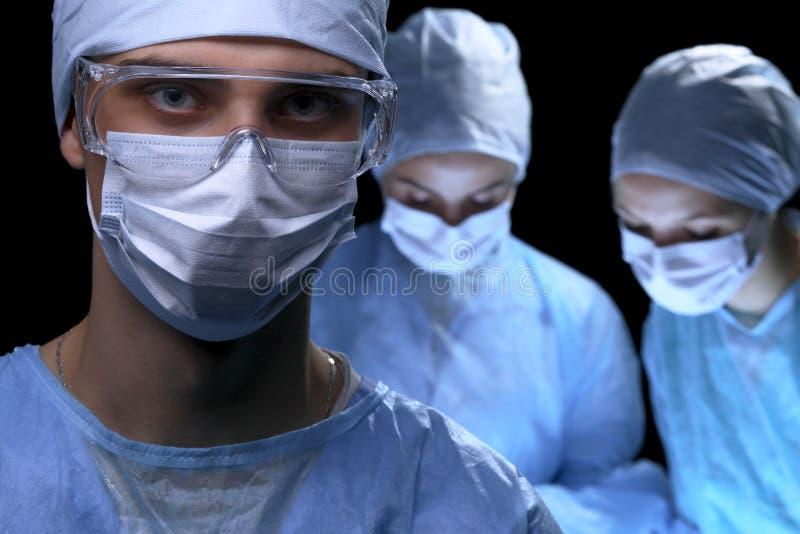 Ärzteteam, das Operation durchführt Fokus an der Ärztin lizenzfreie stockbilder