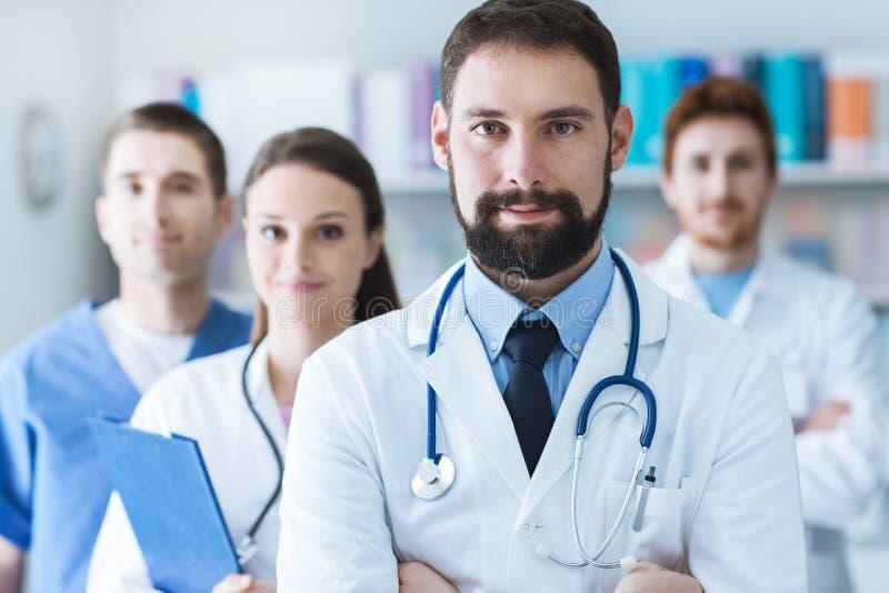 Ärzteteam am Krankenhaus stockfotos