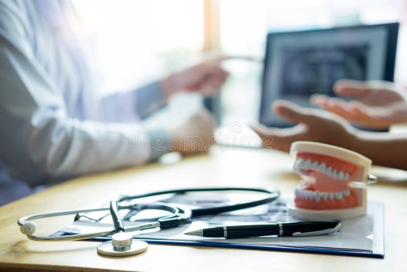 Ärzteteamdiskussion, Gesundheitswesen, die mit weiblichem Patienten, medizinisches conferrence Konzept, Doktor hält und betrachte stockfotografie