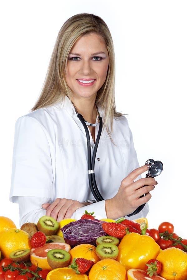 Ärztin überprüft Frucht lizenzfreies stockfoto