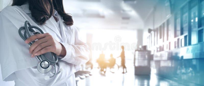 Ärztin in überzeugtem mit Stethoskop in der Hand auf Krankenhaus stockfoto