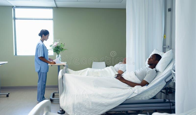 Ärztin, die ärztlichen Attest im Bezirk betrachtet lizenzfreie stockbilder