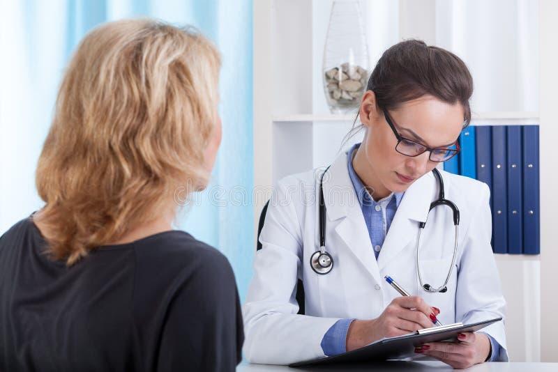 Ärztin, die Anmerkungen macht lizenzfreie stockfotos