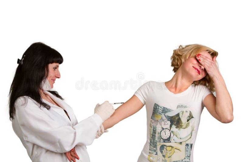 Ärztin, die eine Einspritzung macht stockbild