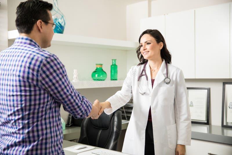 Ärztin, die einen Patienten grüßt lizenzfreies stockbild