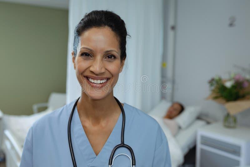 Ärztin, die im Bezirk am Krankenhaus lächelt stockbild