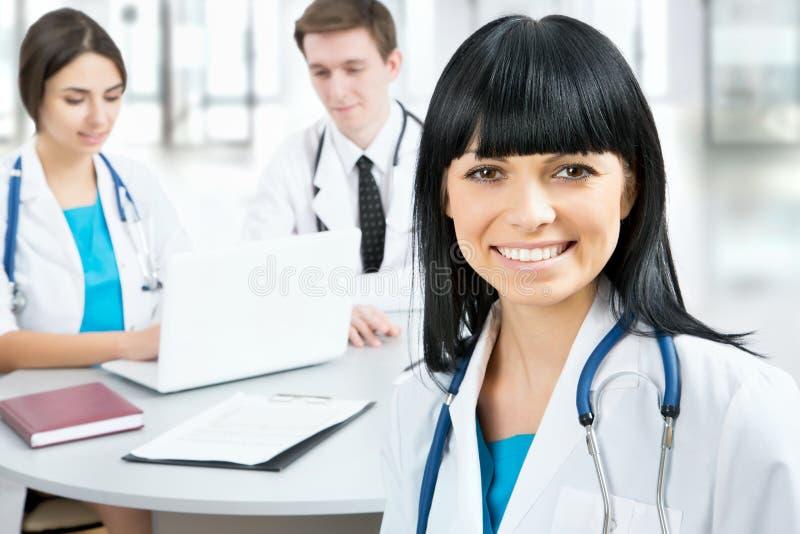 Ärztin, die im frount seines Teams steht lizenzfreies stockfoto