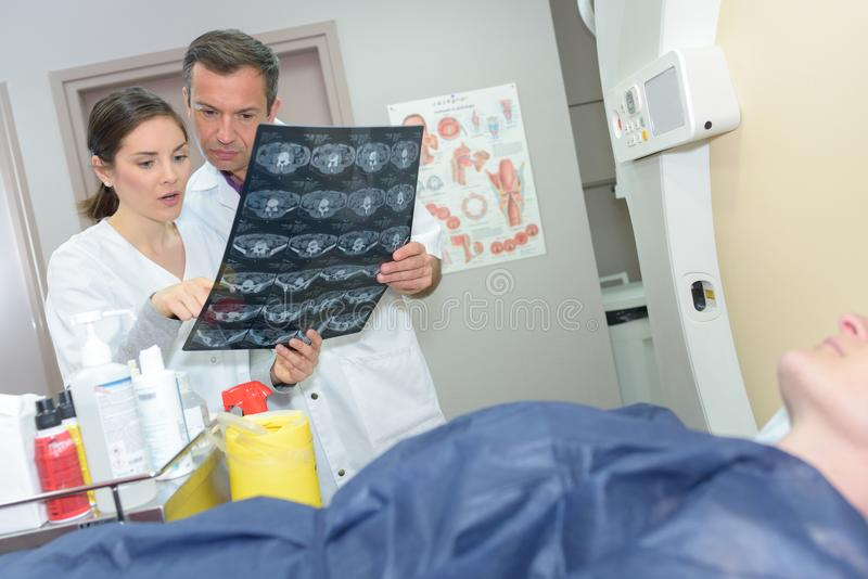 Ärztin, die Röntgenstrahl überprüft lizenzfreies stockbild