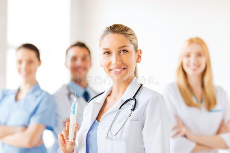 Ärztin, die Spritze mit Einspritzung hält stockfotos
