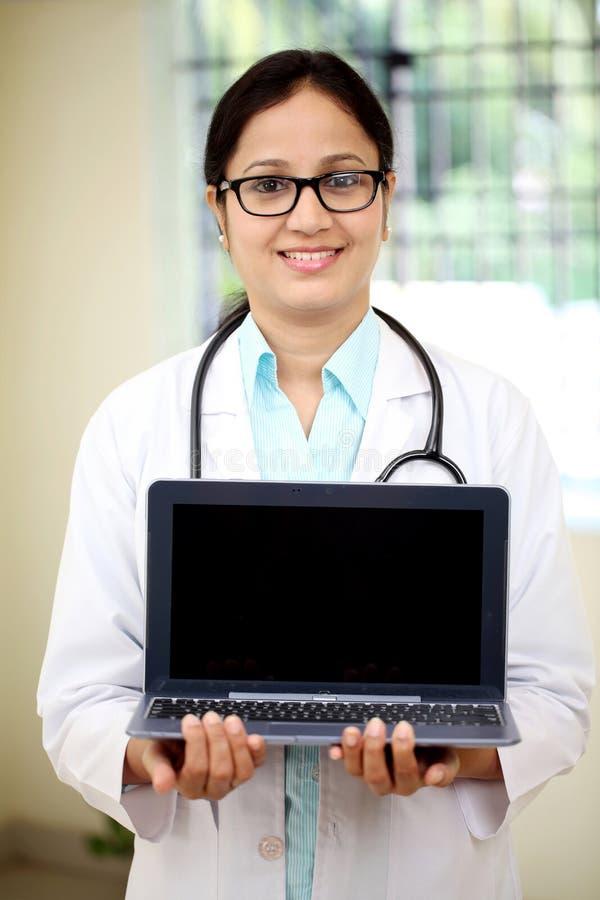Ärztin, die Tablet-Computer hält stockbild