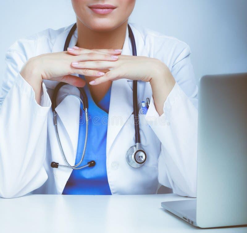 Ärztin, die an weißem Hintergrund arbeitet stockbild