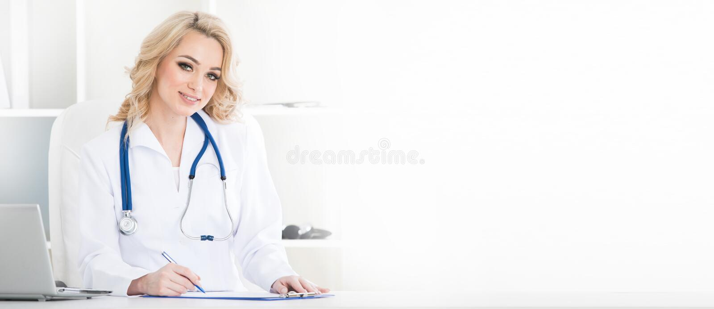 Ärztin im Klinikbüro lizenzfreie stockfotografie