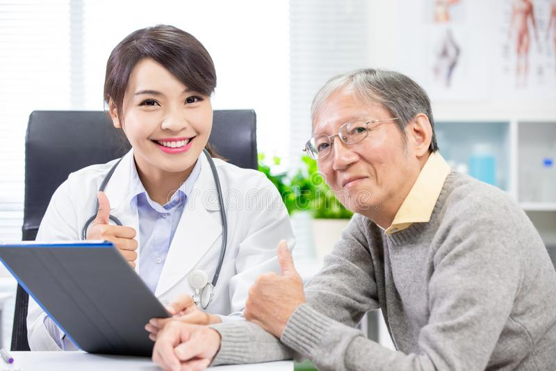 Ärztin mit älterem Patienten lizenzfreies stockfoto