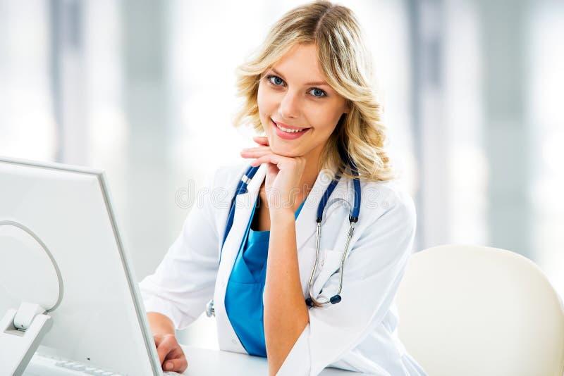 Ärztin mit Computer lizenzfreie stockfotografie