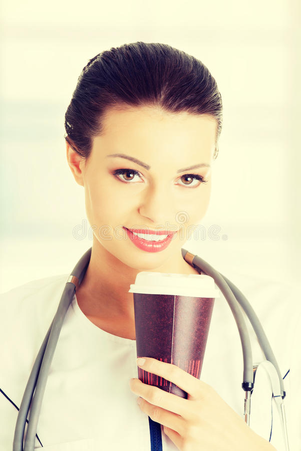 Ärztin mit einem Kaffee stockbilder