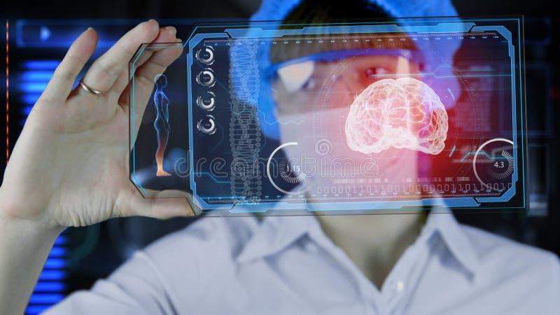 Ärztin mit futuristischer hud Tablette lizenzfreies stockfoto