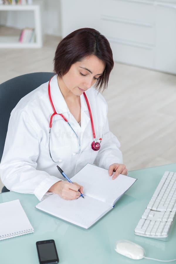 Ärztin schreibt Verordnung lizenzfreie stockfotografie