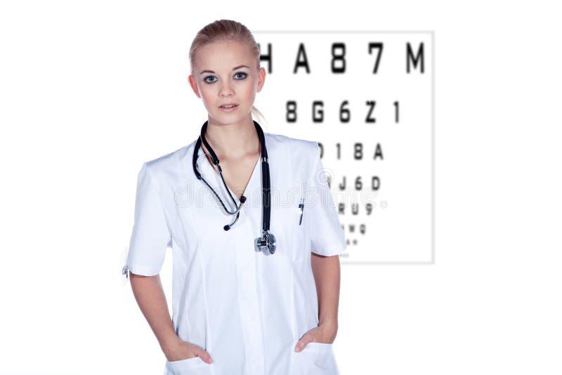Ärztin am Sehtest stockfoto