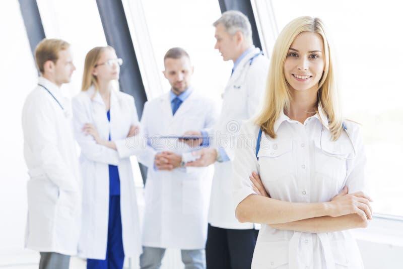 Ärztin und ihr Team lizenzfreie stockfotos