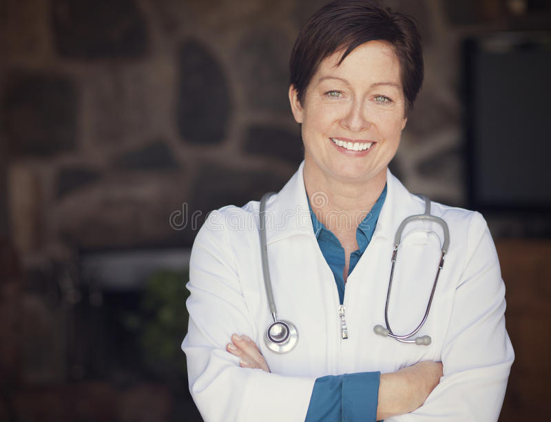 Ärztin zu Hause stockfotografie