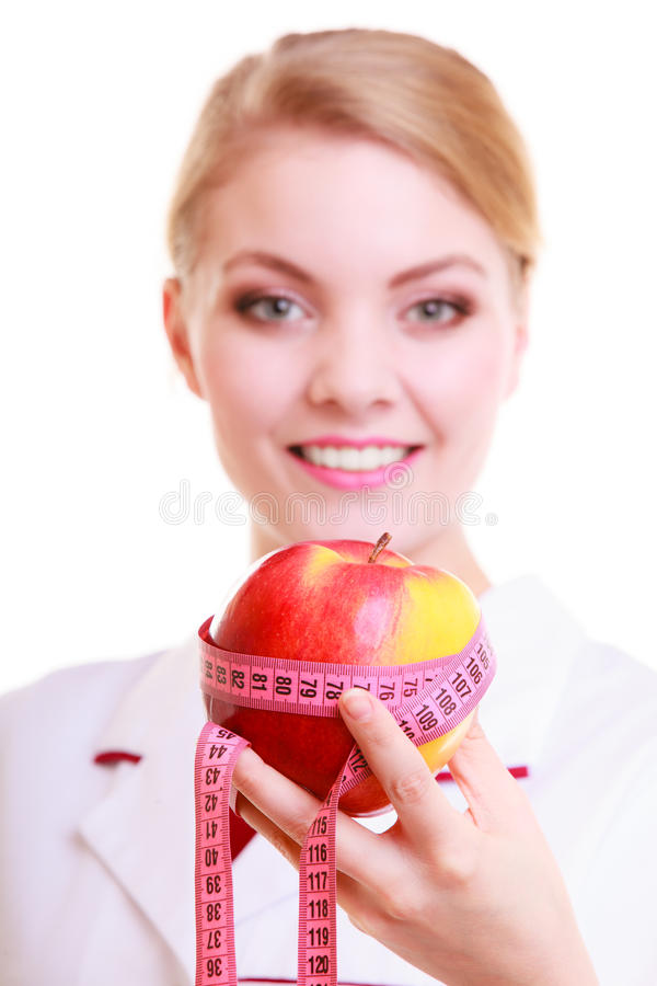 Ärztindiätetiker im Laborkittel, der gesundes Lebensmittel empfiehlt. Diät. stockfotos