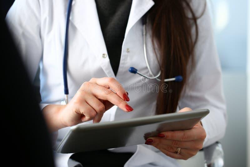 Ärztinhände halten und zeigen digitales lizenzfreies stockbild