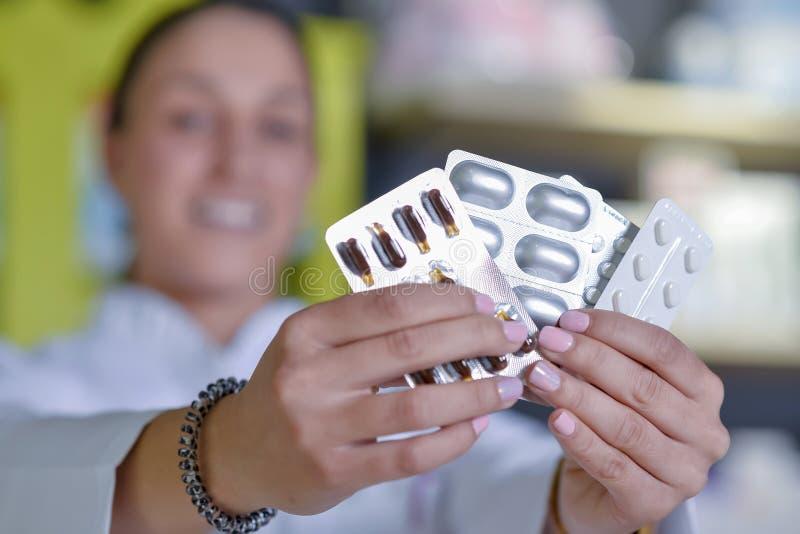 Ärztinhandgriffsatz der unterschiedlichen Tablette bedeckt am wor mit Blasen stockfotos