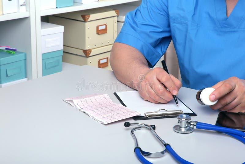 Ärztinhandholdingsatz der unterschiedlichen Tablette bedeckt an der Arbeitsplatznahaufnahme mit Blasen Allheilmittel, Lebenabwehr lizenzfreie stockfotografie