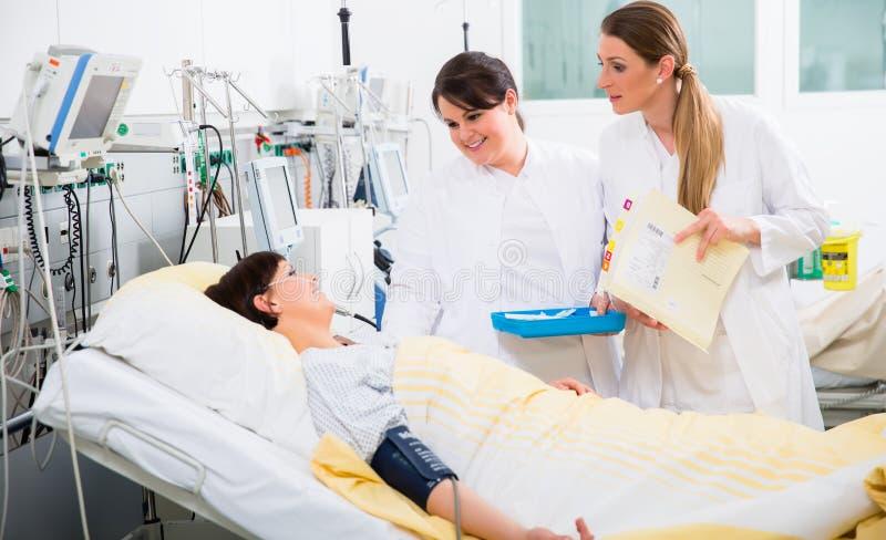 Ärztinnen während der medizinischen Runde an der Intensivstation stockfotografie