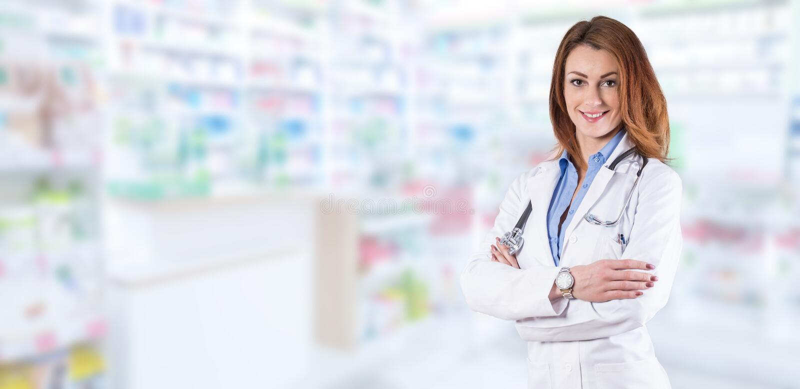 Ärztinstellung über unscharfem Apothekeninnenraum stockfotografie