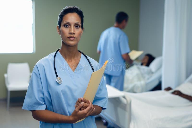 Ärztinstellung mit Datei im Bezirk am Krankenhaus stockfotos