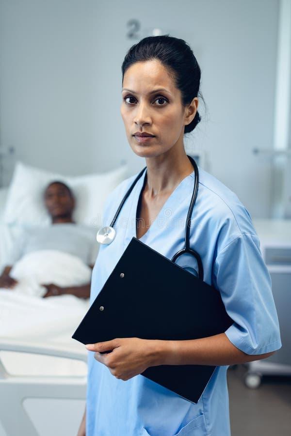 Ärztinstellung mit Klemmbrett im Bezirk am Krankenhaus lizenzfreie stockfotografie