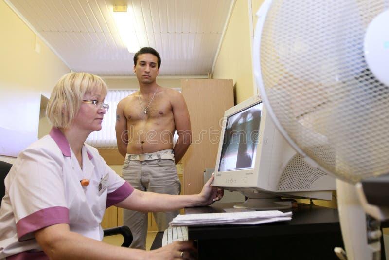 Ärztliche Untersuchung in der Verstärkungmitte lizenzfreie stockfotografie