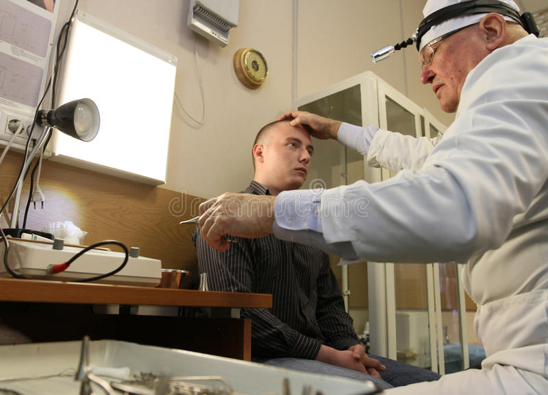 Ärztliche Untersuchung in der Verstärkungmitte stockbild