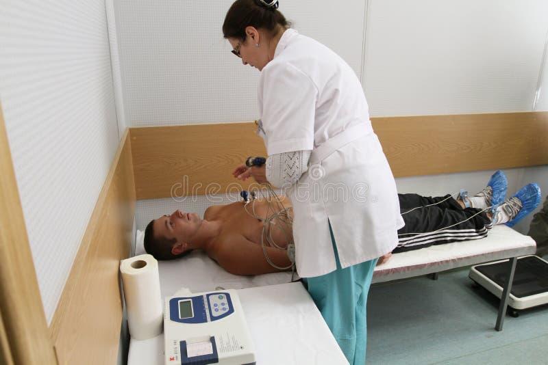 Ärztliche Untersuchung in der Verstärkungmitte stockfotos