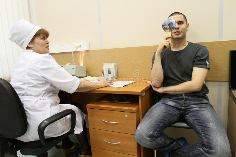 Ärztliche Untersuchung in der Verstärkungmitte lizenzfreie stockbilder