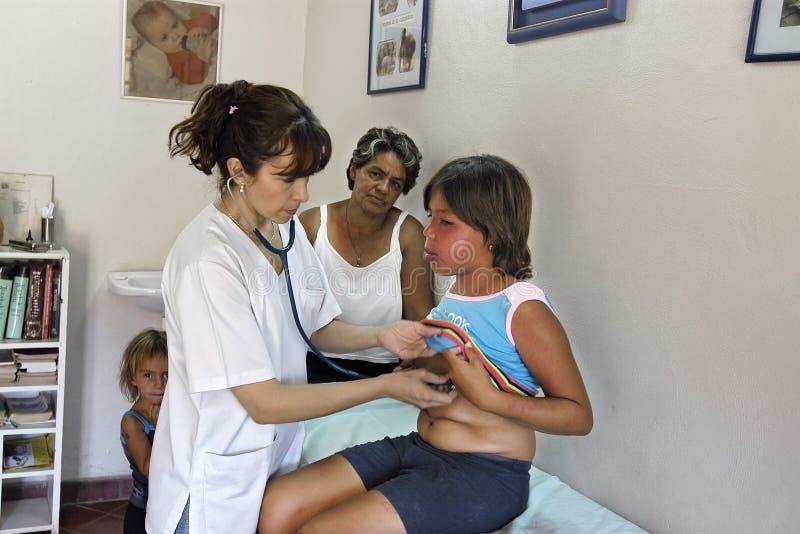 Ärztliche Untersuchung durch paraguayischen Doktor mit einem Mädchen lizenzfreies stockfoto