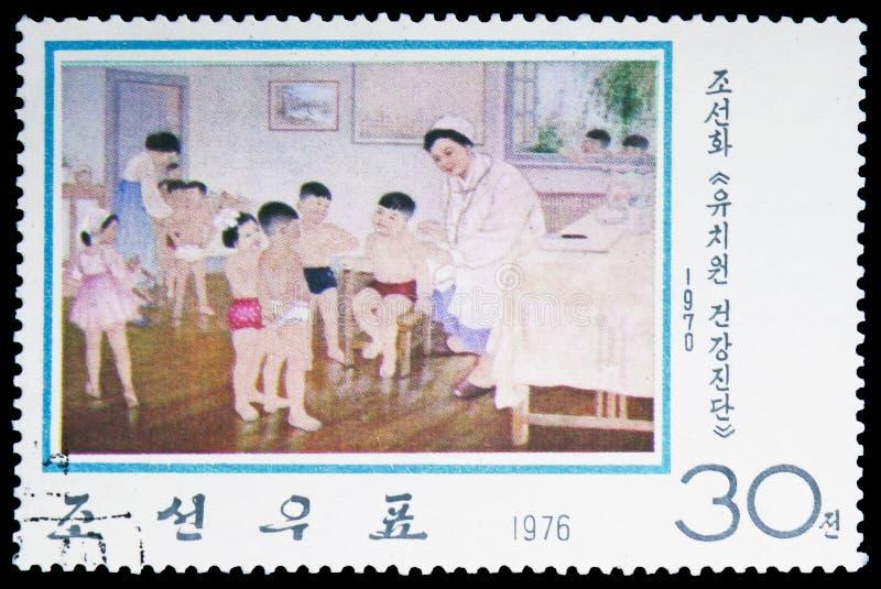 Ärztliche Untersuchung im Kindergarten, modernes koreanisches Malereien serie, circa 1976 lizenzfreies stockfoto