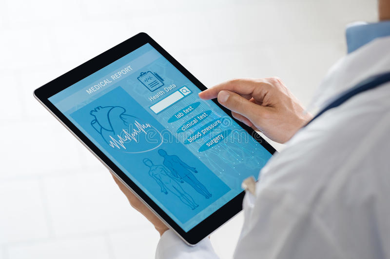 Ärztlicher Attest über Tablette lizenzfreie stockfotos
