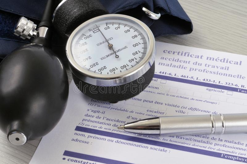 Ärztliches Zeugnis der Arbeitsniederlegung geschrieben auf französisch lizenzfreies stockfoto