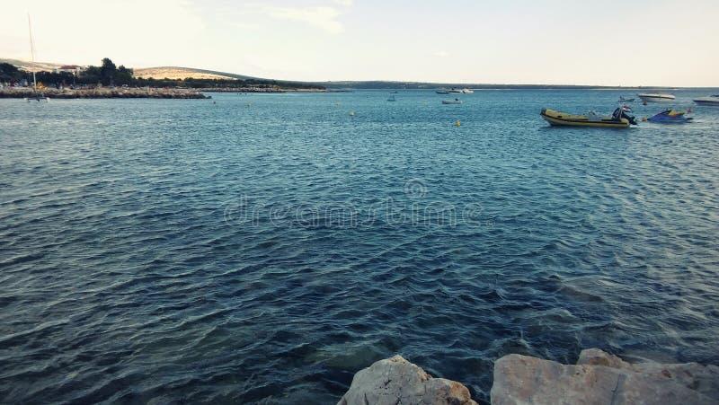 Ästhetisch angenehmer Meerblick von adriatischem Meer mit Booten und Küstenlinie lizenzfreie stockbilder