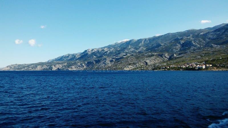 Ästhetisch angenehmer Meerblick von adriatischem Meer mit Küstenlinie im Hintergrund stockfotos