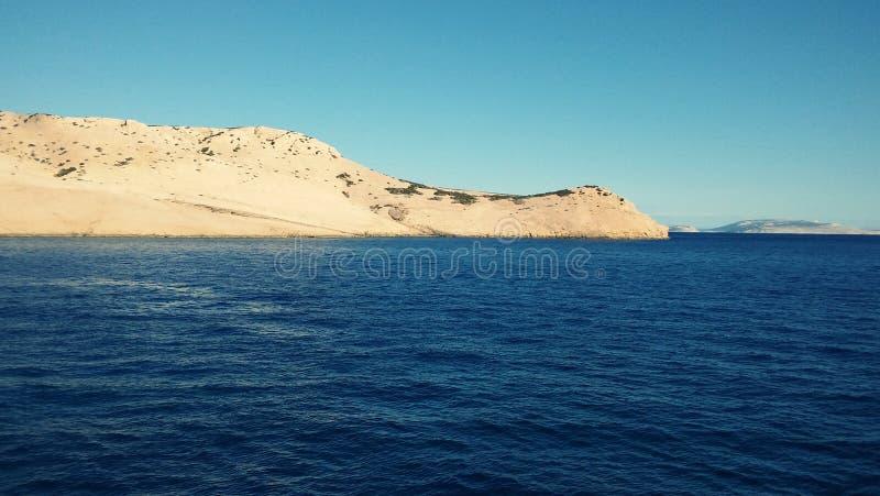 Ästhetisch angenehmer Meerblick von adriatischem Meer mit seinen Inseln im Hintergrund lizenzfreies stockbild