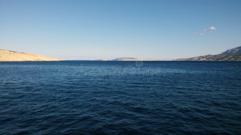 Ästhetisch angenehmer Meerblick von adriatischem Meer mit seinen Inseln im Hintergrund lizenzfreie stockfotografie