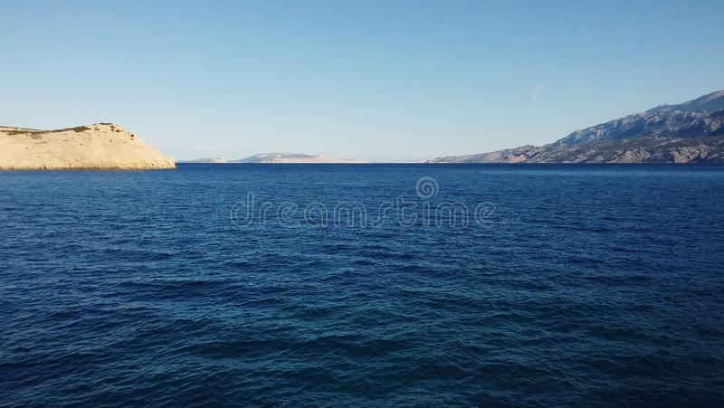 Ästhetisch angenehmer Meerblick von adriatischem Meer mit seinen Inseln im Hintergrund stockbilder