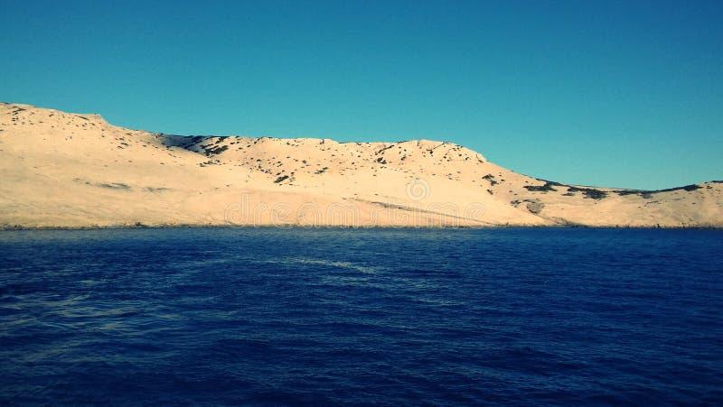 Ästhetisch angenehmer Meerblick von adriatischem Meer mit seiner Insel im Hintergrund lizenzfreie stockbilder