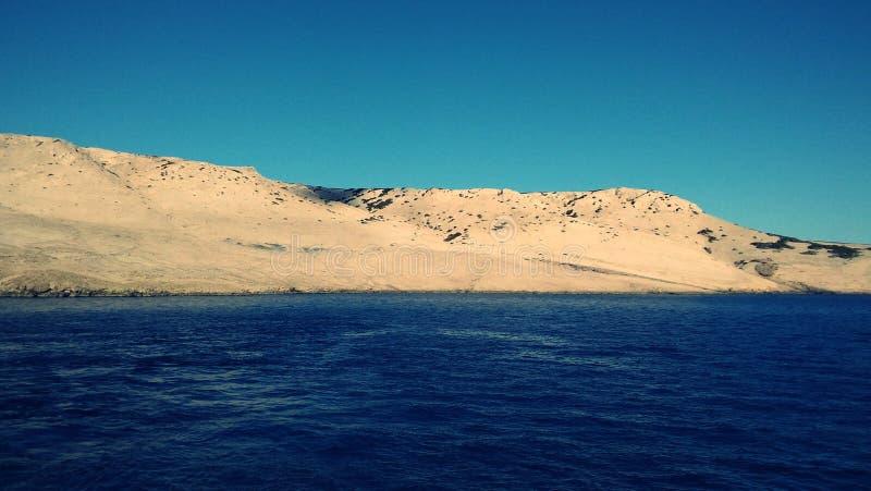 Ästhetisch angenehmer Meerblick von adriatischem Meer mit seiner Insel im Hintergrund stockfoto