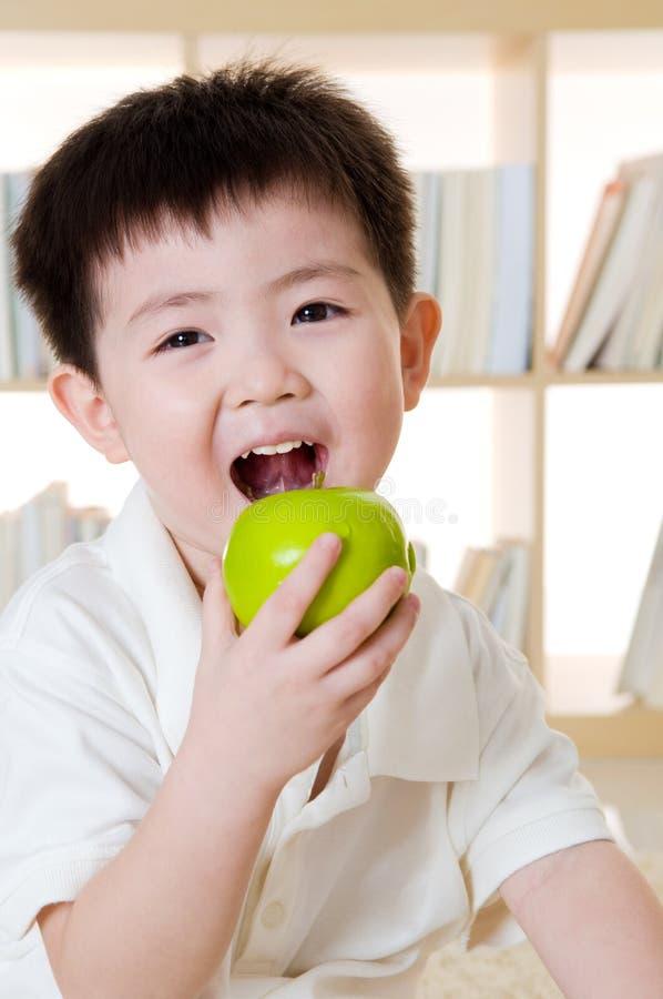 Äta äpplet arkivfoto