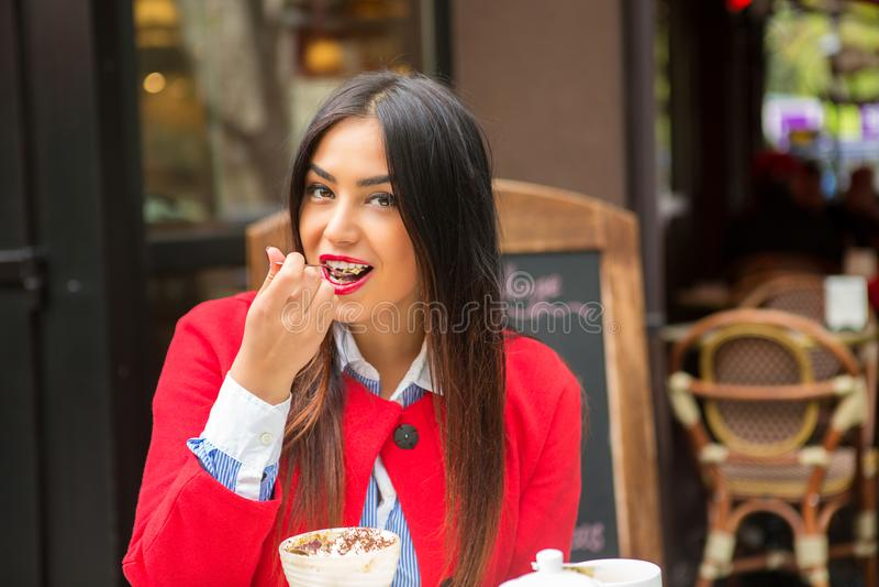 äta den lyckliga kvinnan royaltyfri foto