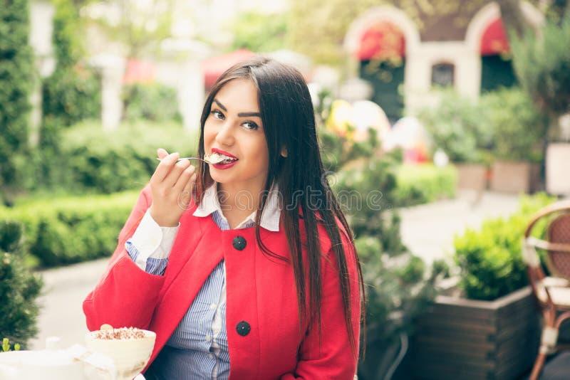 äta den lyckliga kvinnan arkivbild